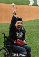 [TF포토] KS 3차전 시구하는 문채원 양, '뇌성마비 딛고 야구선수가 꿈'
