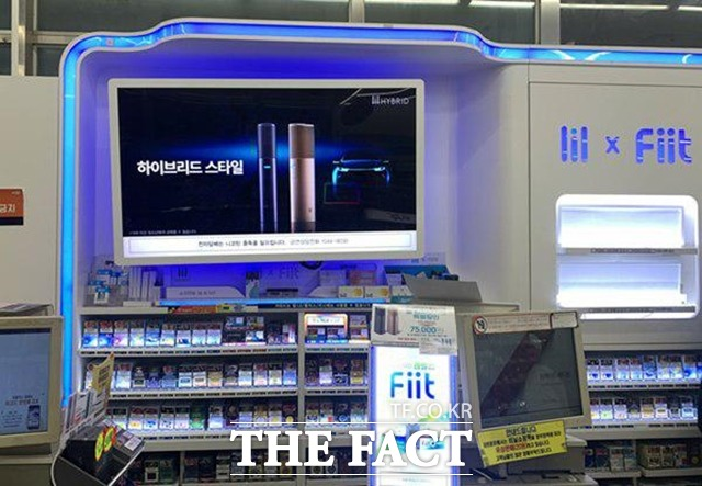 편의점 GS25가 가향 액상형 전자담배 상품을 판매 중단 조치한 가운데 업계에서는 GS25가 이를 마케팅에 이용한 것이라는 지적을 내놓았다. 사진은 서울 마포구 소재 GS25 내 담배 진열대. /이민주 기자