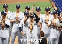 [TF포토] 오재일, '2019 한국시리즈 MVP 수상!'