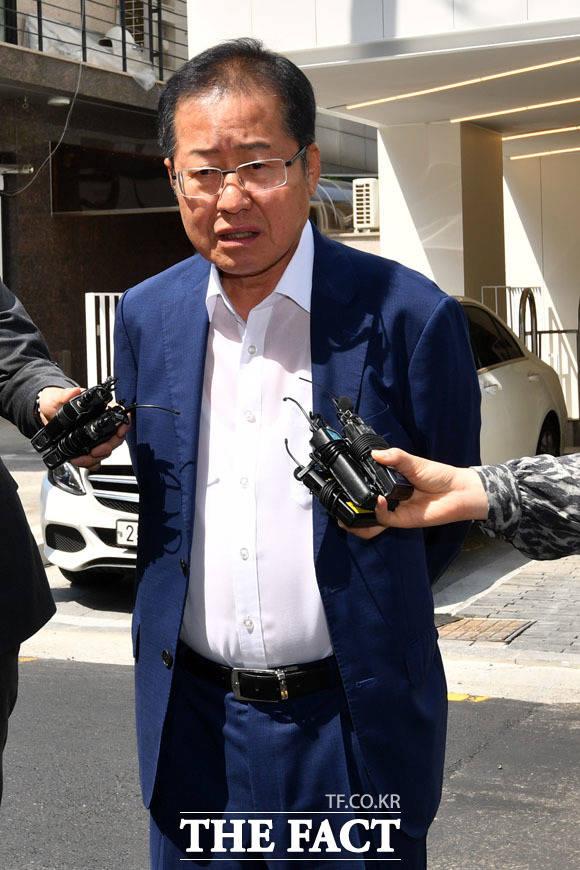 홍준표 전 자유한국당 대표는 손학규 바른미래당 대표의 최근 정치 행보와 관련해 버티면 추해진다면서 자진 사퇴를 촉구했다. /남윤호 기자