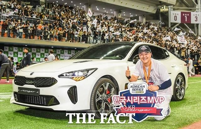 기아차는 2019 KBO 한국시리즈에서 MVP에 선정된 두산베어스 오재일 선수에게 부상으로 스포츠세단 스팅어를 전달했다고 27일 밝혔다. /기아차 제공