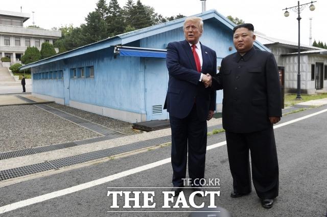 도널드 트럼프 미국 대통령이 언급한 흥미로운 부분에 대해 관심이 쏠리고 있다. 지난 6월 판문점 공동경비구역(JSA) 군사분계선에서 김정은 북한 국무위원장과 만났다. 이 당시에도 친서에 흥미로운 부분이 있다고 언급한 바 있다. /AP.뉴시스