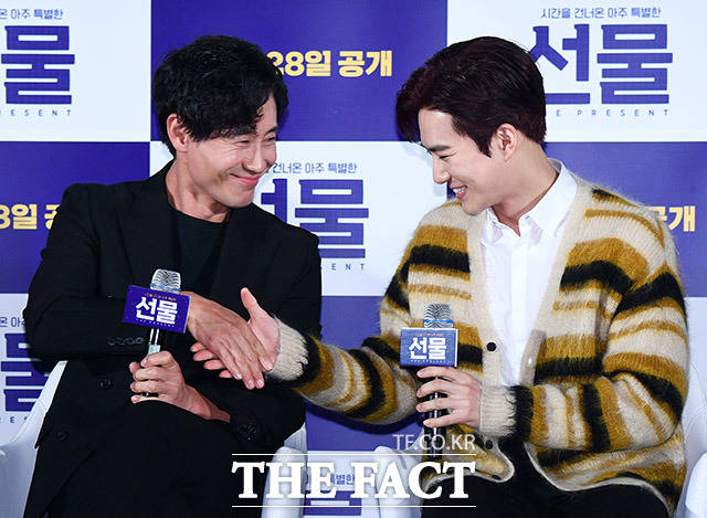 배우 신하균(왼쪽)과 김준면