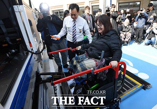 휠체어 탑승 고속버스 시범운영 첫날인 28일 오전 서울 서초구 강남고속버스터미널에서 휠체어를 탄 장애인이 강릉행 버스에 탑승하며 미소짓고 있다. /남용희 기자