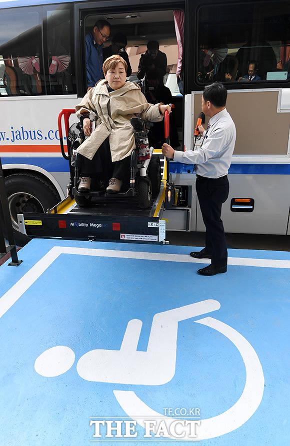 휠체어 탑승 고속버스에 직접 타보는 전국장애인차별철폐연대 회원.