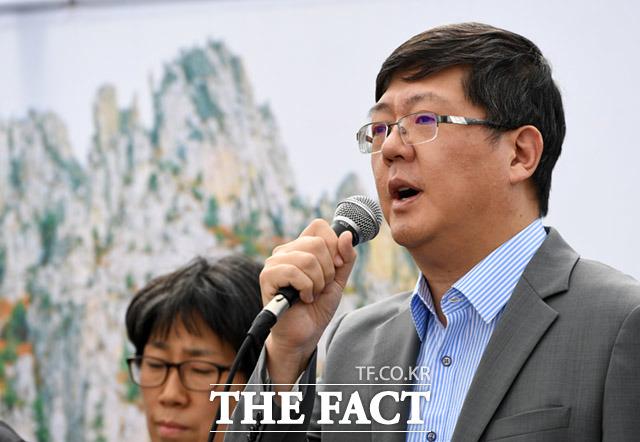 발언하는 김홍걸 민화협 대표상임의장(오른쪽)