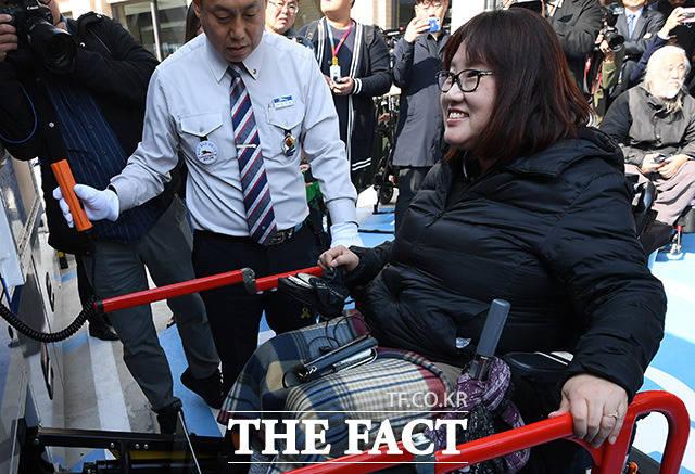 환한 미소를 지으며 고속버스에 탑승하는 전윤선 씨.