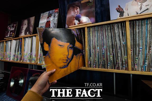 세운상가의 청음실 이문세, 임재범, 윤상 등 8, 90년대 인기 가수들의 LP판이 전시돼있다. 직접 골라 축음기로 들을 수도 있다.
