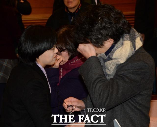 통합진보당에 대한 정당 해산 심판 청구 선고가 열린 2014년 12월19일 오전 서울 재동 헌법재판소에서 재판이 끝난 후 통합진보당 이정희 대표가 재판정을 나서며 당원들을 위로하고 있다. /임영무 기자