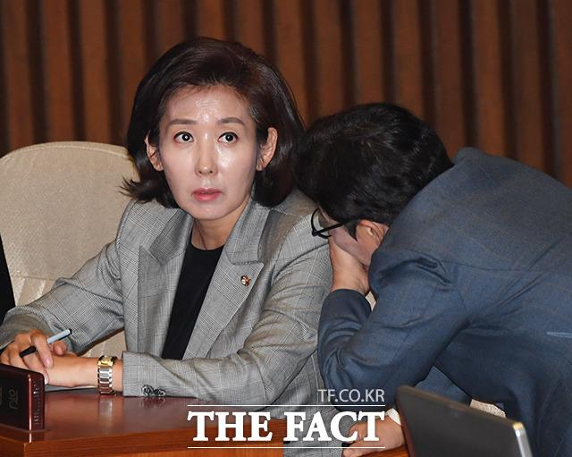 나경원 자유한국당 원내대표의 임기가 12월 10일로 한달 가량 남은 가운데 한국당의 새 원내사령탑을 향한 관심이 높아지고 있다. 나 원내대표가 지난 28일 국회에서 열린 본회의에 참석한 모습. /국회=배정한 기자