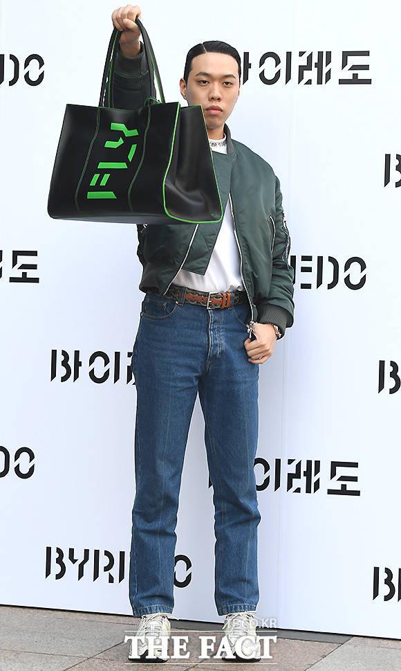 래퍼 비와이가 1일 오후 서울 서초구 반포동 신세계백화점 강남점에서 열린 바이레도 레어버드 핸드백 컬렉션 출시 행사에 참석해 포즈를 취하고 있다. /이새롬 기자