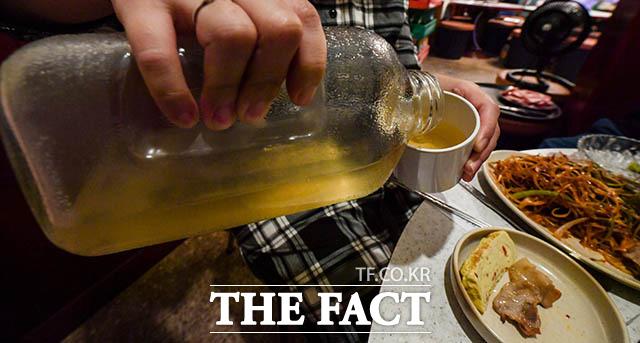국민 물병 냉장고 열면 꼭 하나씩은 있었던 유리 주스병. 병 밑엔 보리차 알갱이가 가라앉아 있었다. 롯데칠성음료는 뉴트로 열풍에 이 주스병을 선물 세트로 구성해 재출시했다.