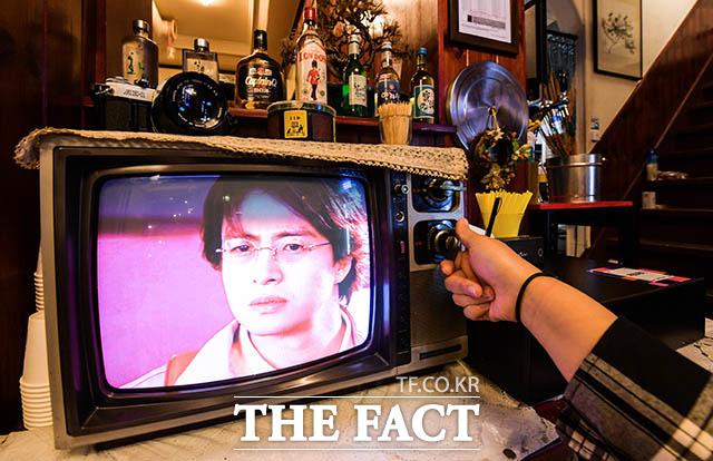 이렇게 채널 바꿔 본 사람은 최소 30대? 회기동 냉동 삼겹살집에 옛날 버튼을 돌려 채널과 음량을 조절하는 다이얼식 텔레비전이 인테리어 소품으로 놓여있다.