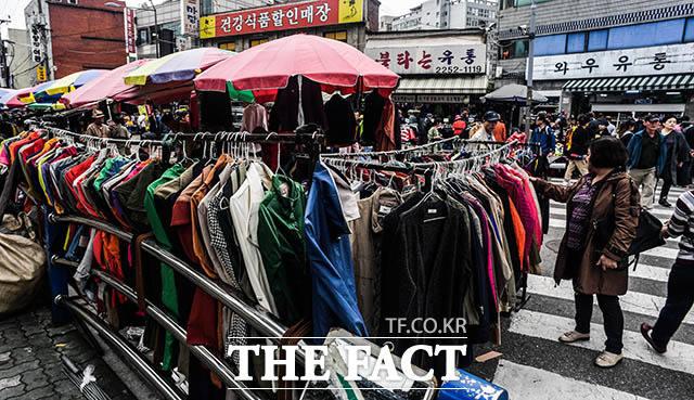 패피들의 성지 동묘벼룩시장 고가 브랜드의 빈티지 옷을 득템할 수 있어 젊은 사람들이 많이 찾고 있다.