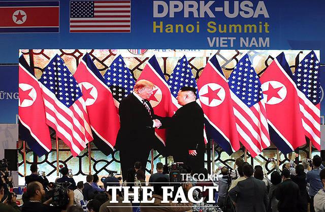 제2차 북·미 정상회담이 결렬된 뒤 한반도의 완전한 비핵화는 지체되고 있다. 지난 2월 베트남 하노이 국제 미디어센터에서 김정은 북한 국무위원장과 도널드 트럼프 미국 대통령 회담이 생중계 되는 모습. /임세준 기자
