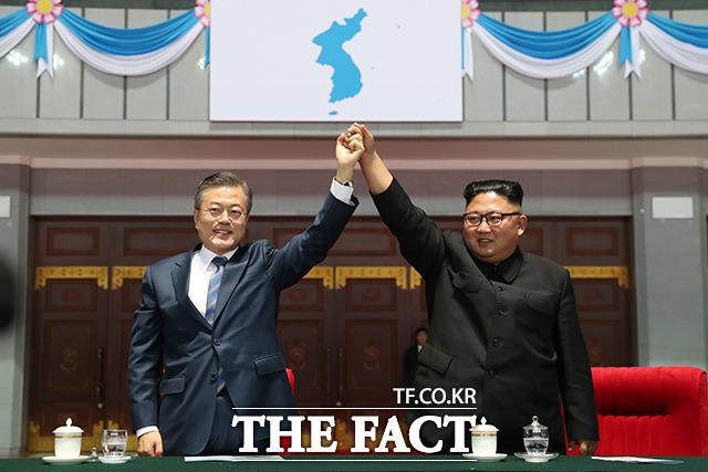 북한과 미국의 비핵화 협상이 교착 상태에 빠지면서 남북관계도 얼어붙었다. 한반도 항구적 평화를 위해 노력했던 문 대통령의 노력이 다소 빛을 잃었다. 지난해 9월 평양 5.1 경기장에서 손을 맞잡은 남북 정상. /평양사진공동취재단