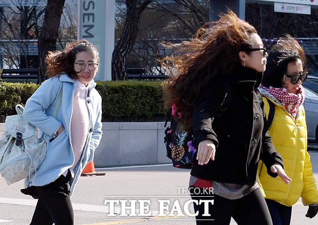 7일은 전국이 맑겠으나 서울의 낮 기온이 14도로 전날보다 2~3도 낮아지면서 쌀쌀하겠다. 일교차가 큰 만큼 건강에 주의가 당부 된다. /더팩트 DB