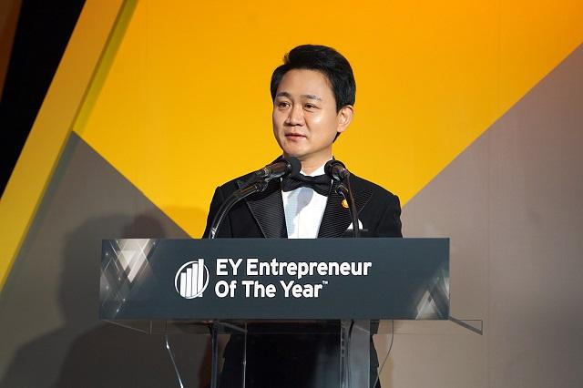 방준혁 넷마블 의장이 5일 제13회 EY 최우수 기업가상에서 마스터상을 수상했다. 방준혁 의장은 오는 2020년 6월 모나코 몬테카를로에서 열리는 EY 세계 최우수 기업가상 시상식에 한국 대표 기업가로 참가한다. /넷마블 제공