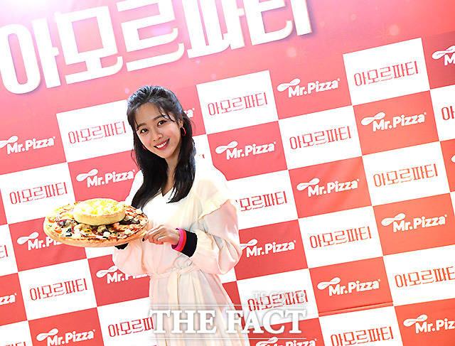 MP그룹의 미스터피자가 겨울 신메뉴 아모르파티 피자 출시를 앞둔 가운데 7일 오후 서울 방배동 미스터피자 본점에서 모델 조보아와 함께 하는 포토행사를 열고 있다. /이효균 기자