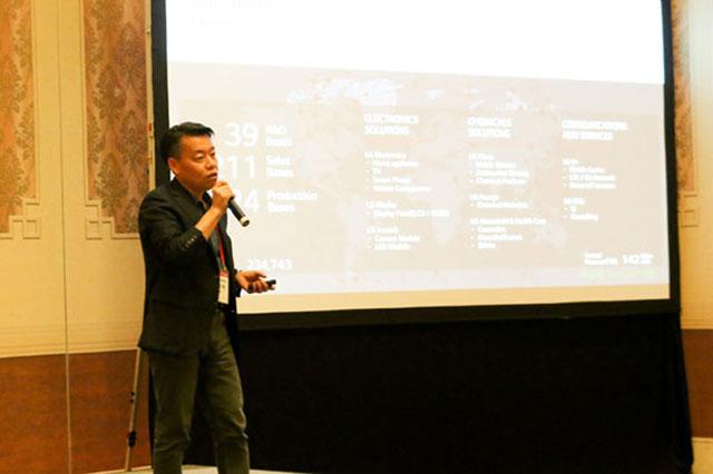 노진서 LG전자 로봇사업센터장(전무)이 지난 7일 마카오에 있는 콘래드 호텔에서 열린 'LG ROS(LG Robot Seminar)'에서 로봇사업의 비전과 전략을 소개하고 있다. /LG전자 제공