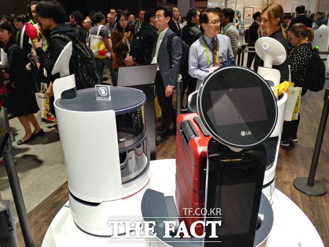 로봇개발과 협업을 통한 역량 강화에 매진했던 LG전자가 자사 로봇사업의 비전을 알리기 위한 움직임을 보이고 있다. 사진은 LG전자의 서브봇과 포터봇, 카트봇. /이성락 기자
