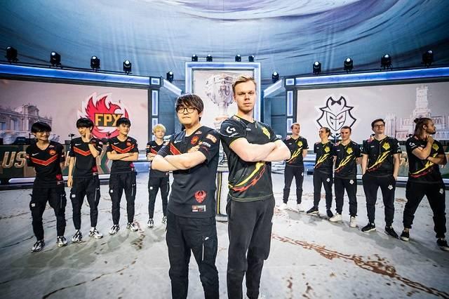 2019 롤드컵 결승전 진출에 성공한 펀플러스 피닉스(좌측)와 G2 이스포츠 선수들이 포즈를 취하고 있다. /라이엇게임즈 제공