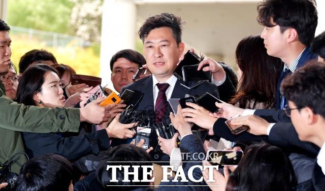 박근혜 전 대통령 측 국선변호인 강철구 변호사가 지난 2018년 4월 6일 오후 서울중앙지방법원에서 열린 박 전 대통령의 1심 선고 공판을 마치고 법정을 나서며 취재진과 질의응답을 하고 있다./이덕인 기자