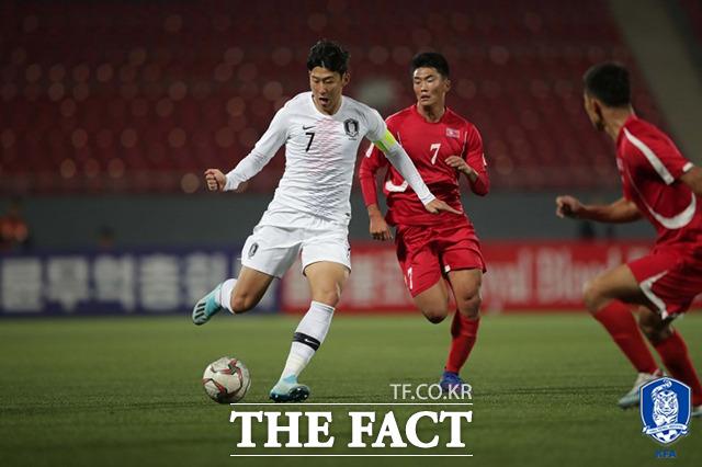 지난달 15일 북한 평양 김일성경기장에서 2022 국제축구연맹(FIFA) 카타르 월드컵 아시아 지역 2차 예선 H조 3차전 한국과 북한의 경기가 열린 가운데 한국 손흥민(왼쪽)이 드리블을 하고 있다. /대한축구협회 제공