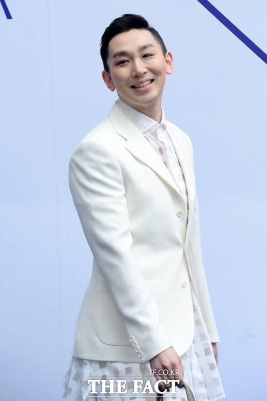 배우 김호영이 동성을 성추행한 혐의로 피소됐다. 현재 그는 tvN 금요드라마 쌉니다, 천리마마트에 출연 중이다. /더팩트DB