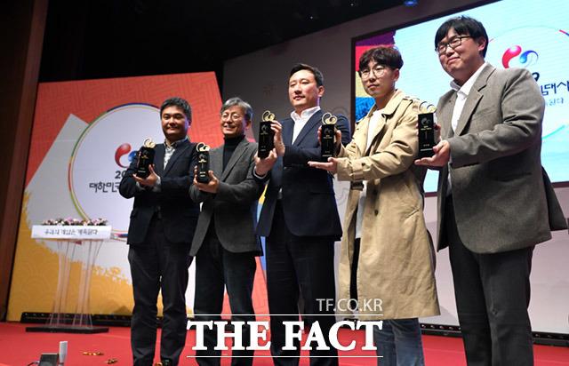 영광의 트로피 들어올리는 2019년 대한민국 게임대상 수상자들