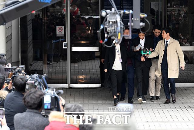 검찰이 불법 촬영 및 유포 혐의를 받고 있는 가수 정준영에 대해 징역 7년을 구형했다. 사진은 지난 3월 21일 서울중앙지법에서 열린 영장심사를 마치고 나오는 정준영의 모습. /남용희 기자