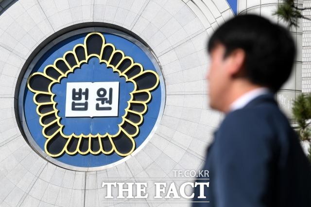 서울중앙지법 제25형사부는 13일 오전 클럽 버닝썬과 현직 경찰관을 연결했다는 의혹을 받는 사업가 정 모 씨의 첫 공판기일을 진행했다. 사진은 서울 서초구 서울중앙지방법원. /남용희 기자