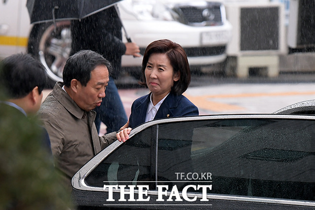 남부지검에 출석한 나경원 자유한국당 원내대표(오른쪽).