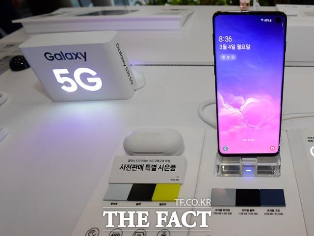 삼성전자와 애플이 내년 출시할 차기 스마트폰에 카메라 렌즈를 추가할 전망이다. 삼성전자는 5배 광학줌 기능을 선보일 가능성이 높고 애플은 AR 기능 강조를 위해 ToF(비행시간 및 거리측정) 모듈을 채택할 것으로 보인다. 사진은 삼성전자 갤럭시S10 모습. /더팩트 DB