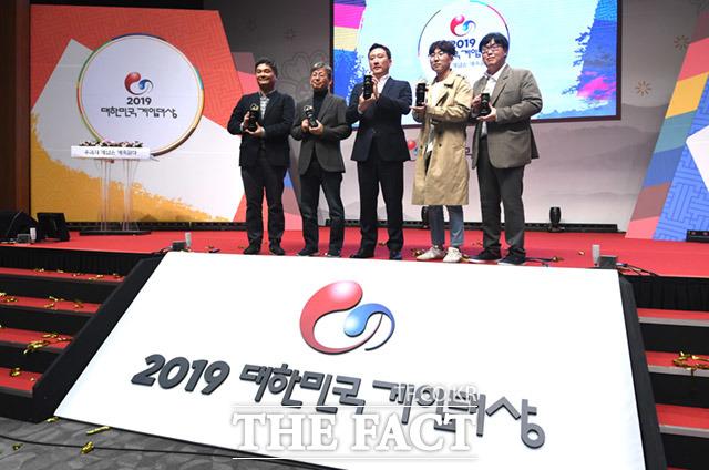 2019 대한민국 게임대상 수상자들이 13일 한자리에 모여 기념촬영을 하고 있다. /부산=임세준 기자
