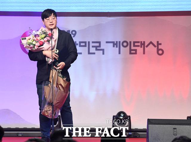 우수상 소감 밝히는 블레이드 앤 소울 제작사 관계자