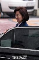[TF사진관] '검찰 출석'…나경원, 내리는 비 때문에 '심기불편(?)'
