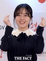 [TF포토] 김향기 '귀여움 듬뿍 담긴 손가락 하트~'
