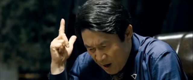 묻고 떠블로 가! 김응수는 우연일지라도 13년 전 뿌려놓은 씨앗이 만개했다는 보람을 느낀다면서 타짜 속 인물 곽철용의 인기에 대해서는 요즘의 현실 상황과 비교돼 반전 재미가 있기 때문이라고 했다. /영화 타짜 스틸