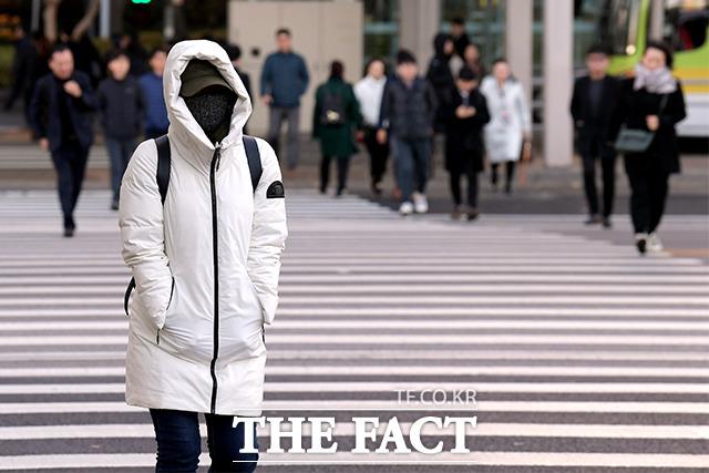 아침 기온이 영하로 떨어지며 초겨울 추위가 찾아온 14일 오전 서울 영등포구 여의도환승센터에서 직장인들이 출근길을 재촉하고 있다. /이선화 기자