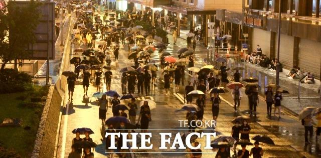 날로 격화되고 있는 홍콩 민주화 시위의 여파가 국내 대학가를 덮치고 있다. 사진은 지난 8월 18일 오후 홍콩 빅토리아 파크에서 열린 범죄인 인도 법안(송환법) 반대 대규모 집회에 참가한 시위대가 집회가 끝난 후 센트럴 지역의 한 거리를 우산을 쓴 채 행진하고 있는 모습. /홍콩=김세정 기자