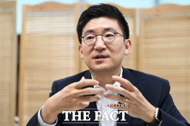 김세연 자유한국당 의원이 지난 17일 내년 총선 불출마를 선언하면서 남긴 고언에 한국당이 술렁이고 있다. 김 의원은 한국당은 수명이 다했고, 존재 자체가 역사의 민폐라며 당을 해체하고, 백지상태에서 새로 시작해야 한다고 강조했다. 김 의원이 지난 7월 <더팩트>와 인터뷰를 하고 있는 모습. /남윤호 기자