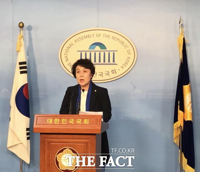 정춘숙 민주당 원내대변인은 의총 직후 기자들과 만나 국회개혁 관련 법안이 마련되면 구체적으로 논의하게 될 것이라고 밝혔다. 이날 정론관에서 현안 브리핑을 하고 잇는 정 원내대변인. /문혜현 기자