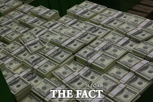 최근 돈으로 셀 수 없는 무형의 이익을 뇌물죄로 보고 기소 및 유죄 판단이 내려지는 판례가 늘고 있다. 사진은 영화 돈의맛 스틸컷(영화 내용과 무관함). /네이버 영화