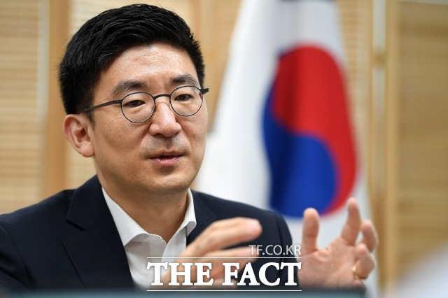 김세연 자유한국당 의원이 지난 17일 국회에서 기자회견을 열고 한국당은 수명이 다했다며 모두가 함께 물러나고, 당은 공식적으로 해체해야 한다고 주장해 한국당이 술렁이고 있다. 김 의원이 지난 7월 여의도연구원 사무실에서 <더팩트>와 인터뷰를 하는 모습. /남윤호 기자