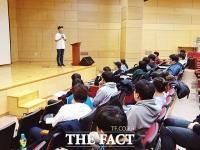 [TF포토] 더팩트 '스포츠마케팅 실무 과정'…강의하는 박영훈 팀장