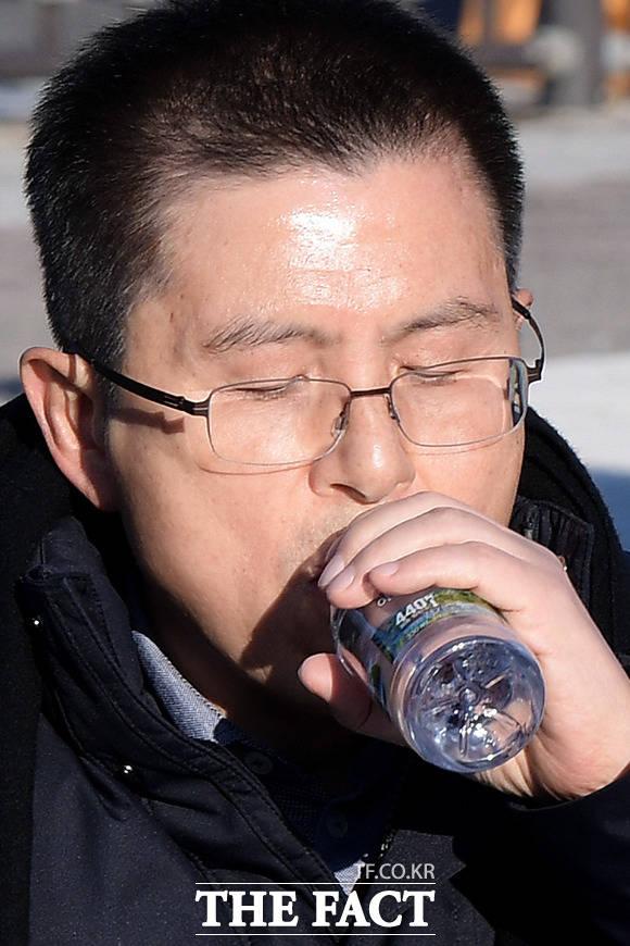 황교안 자유한국당 대표가 20일 오후 서울 종로구 청와대 앞 분수대 광장에서 국정 대전환을 촉구하기 위한 단식 투쟁을 하며 물을 마시고 있다. /이선화 기자