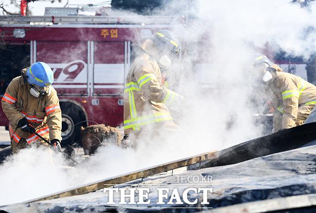 지난 4월 강원도 고성군 토성면 원암리의 한 주유소 맞은편 도로 변압기에서 시작해 산으로 옮겨붙으며 발생한 화재 후 작업 중인 소방대원들의 모습. /임세준 기자