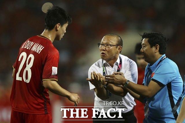 박항서 감독의 베트남이 19일 벌어진 태국과 2022 카타르월드컵 아시아지역 2차예선 G조 홈 5차전에서 0-0으로 비겨 5경기 연속 무패행진을 벌였다. 베트남은 3경기를 남겨놓은 가운데 2위와 승점 3을 유지하며 사상 첫 최종예선 진출 가능성을 높이고 있다./하노이=AP.뉴시스