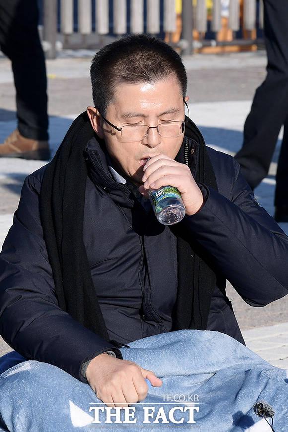 단식 돌입 후 처음 물을 마시는 황교안 대표